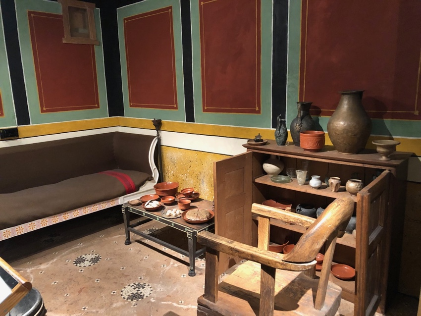 Two reconstructed rooms, with reconsctrucetd furniture, but objects are from excavations of Roman London